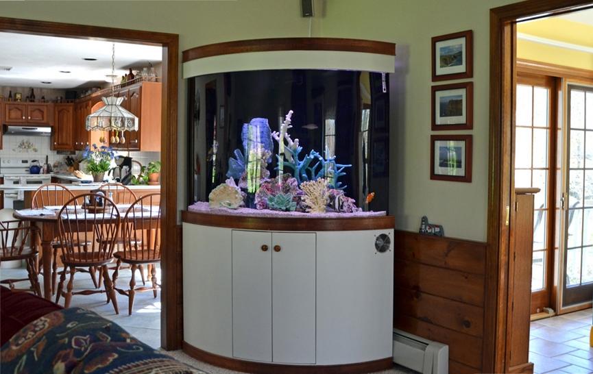 Угловой аквариум в интерьере дома